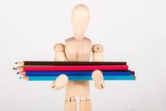 Mała drewniana mannequin pozycja z colour ołówkiem Fotografia Stock