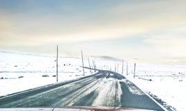 Mała droga podczas zmierzchu w Wrześniu w północy Norwegia fotografia stock