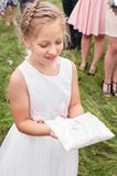 Mała drużka Przynosi poduszkę z pierścionkami zaręczynowymi zdjęcia stock
