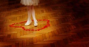 Mała drużki dziewczyna iść na piechotę w biel sukni na ślubnym dancefloor z różanymi płatkami zdjęcia stock