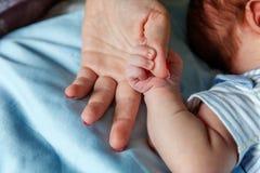 Mała dziecka mienia matki ` s ręka Obraz Royalty Free