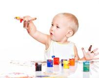 Mała dziecko farba jego ręki. obrazy royalty free