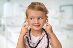 Mała dziecko sztuk lekarka z stetoskopem zdjęcie royalty free