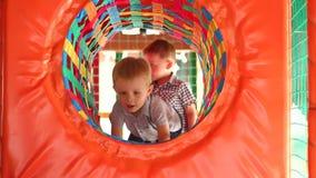 Mała dziecko sztuka w tunelu na boisku zdjęcie wideo