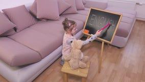 Mała dziewczyna bawić się w nauczycielach zbiory