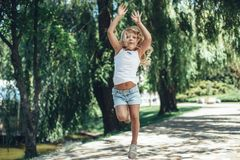 Mała dziewczyna ma zabawę w parku fotografia royalty free
