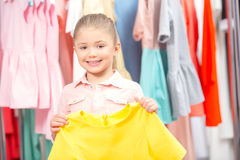 Mała dziewczyna próbuje nową suknię Obrazy Royalty Free