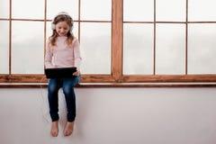 Mała dziewczyna słucha muzyka obrazy royalty free