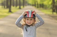 Mała dziewczyna w hełmie dla rolkowego outside Obraz Royalty Free