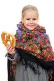 Mała dziewczyna w Rosyjskiej chustce z preclem zdjęcia stock