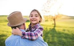 Mała dziewczyna z dziadek outside w wiosny naturze, mieć zabawę Zdjęcia Stock