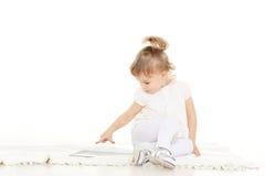 Mała dziewczyna z komputerową pastylką. Fotografia Royalty Free
