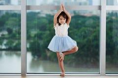 Mała dziewczynka ćwiczy balet obraz stock