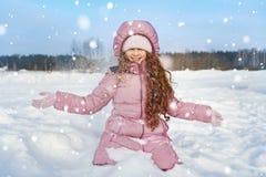 mała dziewczynka śnieg grać obrazy stock