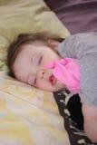 Mała dziewczynka śpi sweetly zdjęcia stock