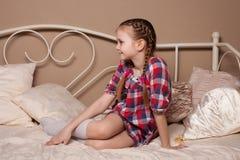 Mała dziewczynka błaź się w studiu Obraz Royalty Free
