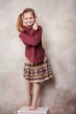 Mała dziewczynka błaź się w studiu Zdjęcie Royalty Free