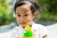 Mała dziewczynka bawić się bąbel dmuchawę Fotografia Stock