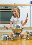 Mała dziewczynka bawić się bębeny Zdjęcie Stock