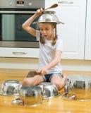 Mała dziewczynka bawić się bębeny Zdjęcia Stock