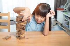Mała dziewczynka bawić się drewnianych bloków sterty grę fotografia royalty free