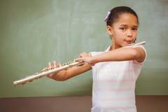 Mała dziewczynka bawić się flet w sala lekcyjnej Obrazy Stock