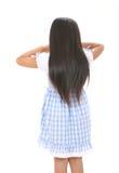 mała dziewczynka bawić się hide-and-seek Zdjęcia Stock