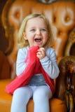 Mała dziewczynka bawić się i śmiechy radośnie Zdjęcie Stock