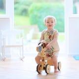 Mała dziewczynka bawić się indoors Zdjęcia Royalty Free