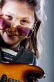 Mała dziewczynka bawić się jako gitara bohater rockstar Obrazy Stock