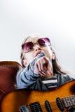 Mała dziewczynka bawić się jako gitara bohater rockstar Fotografia Royalty Free