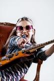 Mała dziewczynka bawić się jako gitara bohater rockstar Obraz Stock