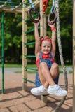 Mała dziewczynka bawić się na boisku obraz royalty free