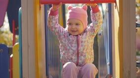 Mała dziewczynka bawić się na boisku w jesieni popołudniu zdjęcie wideo