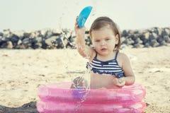Mała dziewczynka bawić się na plaży, blisko morza Obraz Stock