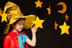 Mała dziewczynka bawić się niebo obserwatora z handmade gwiazdą Fotografia Royalty Free