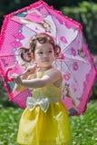 Mała dziewczynka bawić się parasol Fotografia Stock
