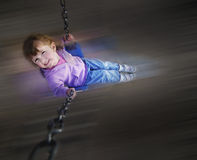 Mała Dziewczynka Bawić się przy parkiem Obraz Royalty Free