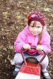 Mała dziewczynka bawić się przy parkiem obrazy royalty free