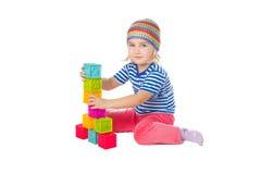 Mała dziewczynka bawić się sześcianów siedzieć Obrazy Stock