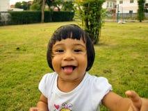 Mała dziewczynka bawić się uśmiecha się obrazy royalty free