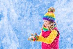 Mała dziewczynka bawić się w śnieżnym parku Zdjęcia Stock