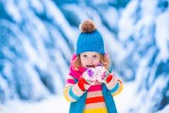 Mała dziewczynka bawić się w śnieżnym zima lesie Zdjęcia Royalty Free