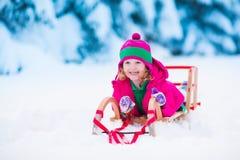 Mała dziewczynka bawić się w śnieżnym zima lesie Obrazy Royalty Free