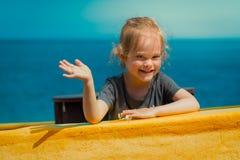 Mała dziewczynka bawić się w żółtej starej łodzi rybackiej Zdjęcia Royalty Free