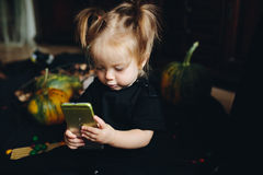 Mała dziewczynka bawić się w czarownicie zdjęcia stock