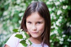 Mała dziewczynka bawić się w lasowym parku na letnim dniu obraz royalty free