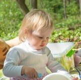 Mała dziewczynka bawić się w parku z wiadrem i kredkami Obrazy Royalty Free