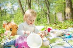 Mała dziewczynka bawić się w parku z wiadrem i kredkami Zdjęcia Stock
