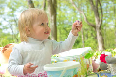 Mała dziewczynka bawić się w parku z wiadrem i kredkami Zdjęcie Royalty Free